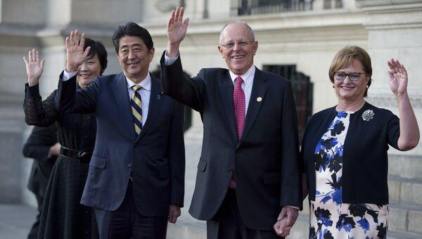 Премьер-министр Японии Синдзо Абэ с супругой и президент Перу Педро Пабло Кучински с женой в Лиме