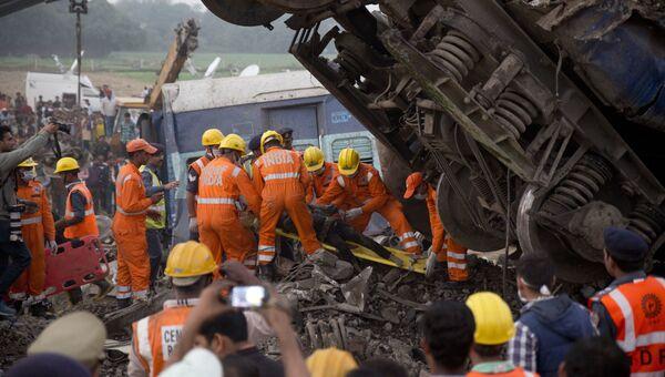 Спасатели на месте крушения поезда в штате Уттар-Прадеш, Индия.