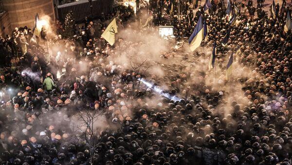 Сотрудники спецподразделения милиции Беркут и сторонники евроинтеграции на площади Независимости в Киеве. Декабрь 2013 года