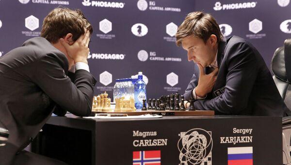 Россиянин Сергей Карякин и представитель Норвегии Магнус Карлсен во время восьмой партии матча за титул чемпиона мира по шахматам в Нью-Йорке, США. 21 ноября 2016