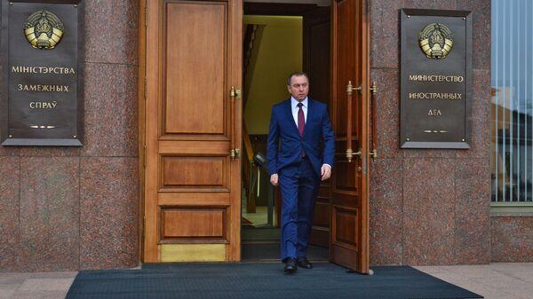 Министр иностранных дел Белоруссии Владимир Макей у здания МИД Белоруссии в Минске