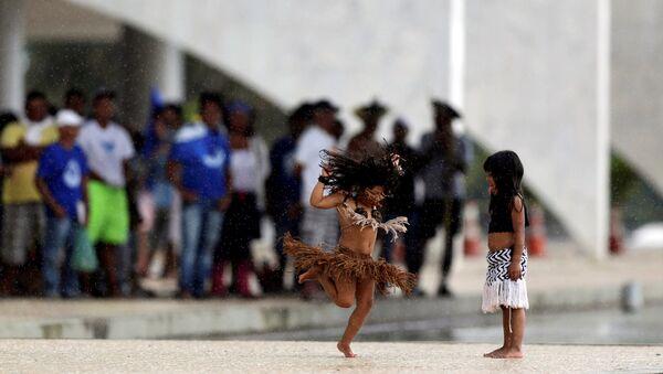 Дети коренных народов Бразилии во время захвата дворца Планалту, 22 ноября 2016