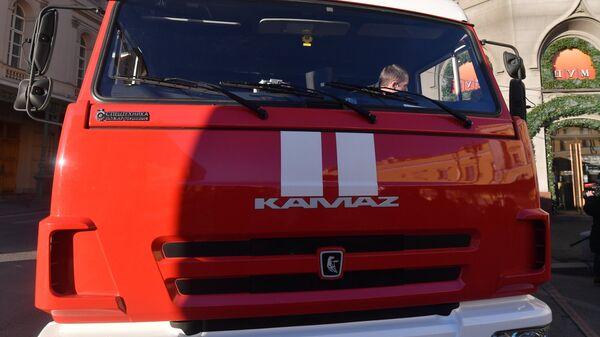 Машина пожарной службы у здания Центрального универсального магазина в Москве