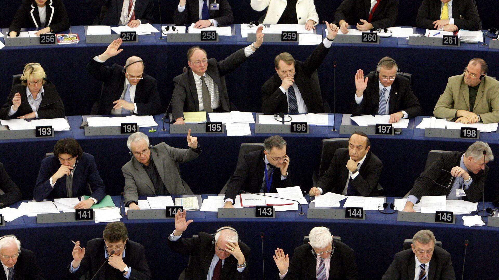 Депутаты Европарламента во время голосования - РИА Новости, 1920, 10.06.2021