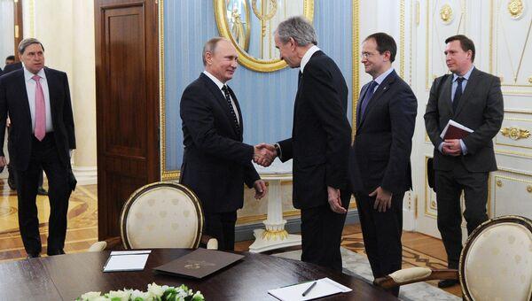 Президент РФ Владимир Путин и владелец и генеральный директор Moёt Hennessy Louis Vuitton Бернар Арно во время встречи в Кремле. 24 ноября 2016