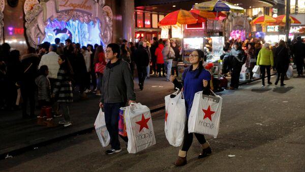 Покупатели выходят из магазина во время распродажи в Черную пятницу в Манхэттене, Нью-Йорк, США
