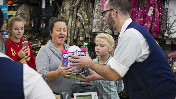 Покупательница во время распродажи в Черную пятницу в Бентонвилле, США