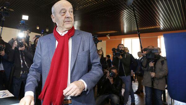 Ален Жюппе во время голосования во втором туре праймериз во Франции, 27 ноября 2016