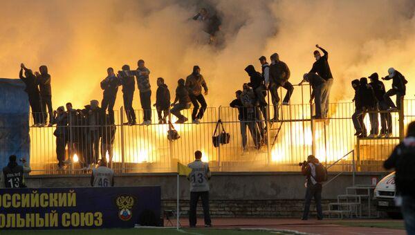 Футбольные фанаты на трибуне во время матча. Архивное фото