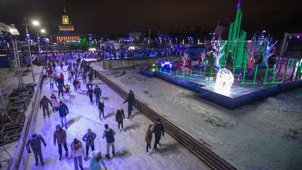 Во время праздничного открытия третьего сезона катка ВДНХ в Москве. Архивное фото