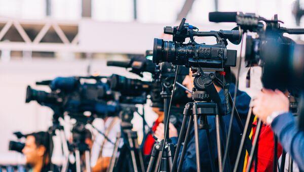 Телевизионные камеры на пресс-конференции. Архивное фото