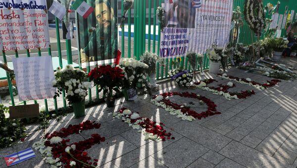 Около посольства Кубы в Мехико после объявления о смерти Фиделя Кастро. Мексика, 2016