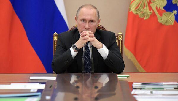 Президент РФ Владимир Путин на совещании с членами правительства РФ в Кремле. Архивное фото