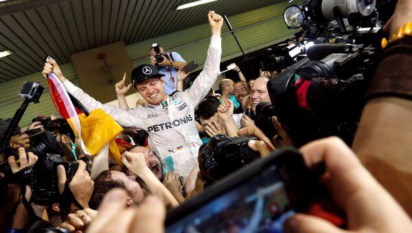 Немецкий гонщик команды Мерседес Нико Росберг празднует чемпионство Формулы-1 после Гран-при Абу-Даби