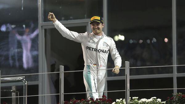 Немецкий гонщик команды Мерседес Нико Росберг празднует чемпионство Формулы-1 после Гран-при Абу-Даби. Архивное фото