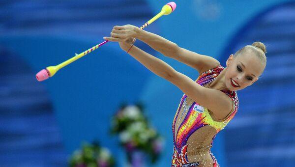 Яна Кудрявцева (Россия) выполняет упражнения с булавами в индивидуальном многоборье на финальном этапе Кубка мира по художественной гимнастике в Казани