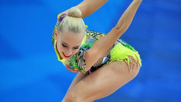 Яна Кудрявцева (Россия) выполняет упражнения с булавами в соревнованиях Кубка мира по художественной гимнастике в Казани