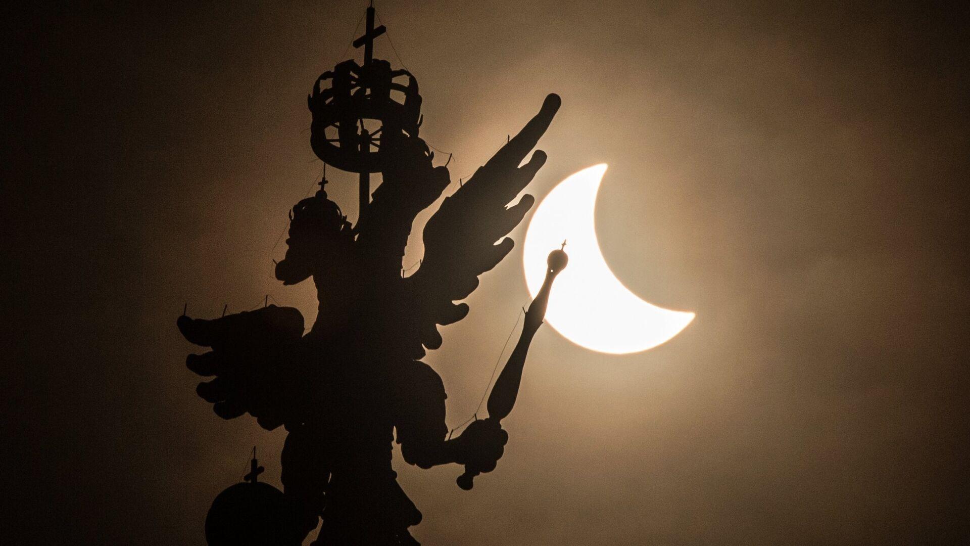 Фаза солнечного затмения, наблюдаемая в Москве у здания Государственного исторического музея - РИА Новости, 1920, 13.06.2021