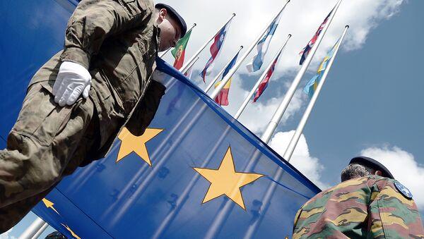 Солдаты отряда Еврокорпуса c флагом ЕС