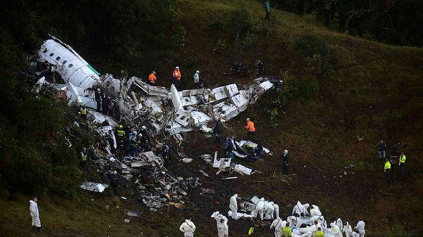 Спасатели на месте крушения самолета, разбившегося у аэропорта Jose Maria Cordova в Колумбии. 29 ноября 2016