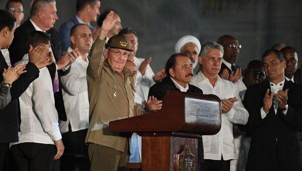 Председатель Государственного Совета Кубы Рауль Кастро (в центре слева) во время митинга в память об ушедшем из жизни лидером кубинской революции Фиделе Кастро на площади Революции в Гаване