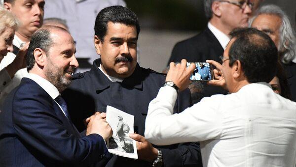 Президент Венесуэлы Николас Мадуро (в центре) во время митинга в память об ушедшем из жизни лидером кубинской революции Фиделе Кастро на площади Революции в Гаване