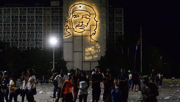 Кубинцы после митинга в память об ушедшем из жизни лидером кубинской революции Фиделе Кастро на площади Революции в Гаване