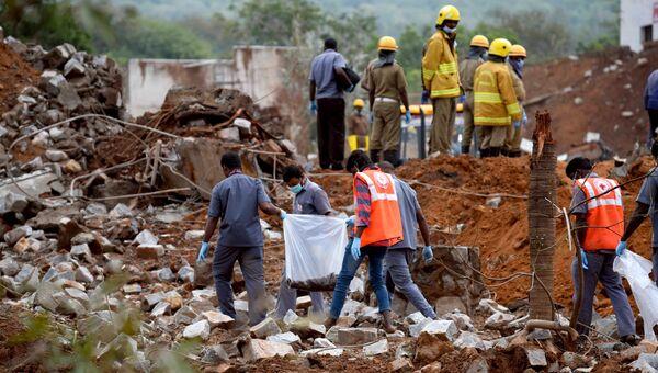 Спасатели на месте взрыва на заводе по производству взрывчатки на юге Индии. 1 декабря 2016