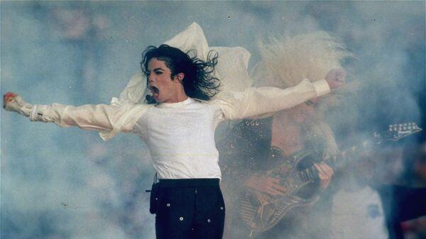 Выступление Майкла Джексона во время Суперкубка XXVII в Пасадене, США. Архивное фото