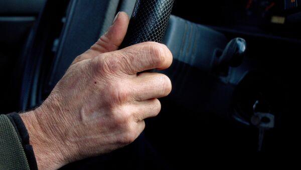 Рука мужчины на руле автомобиля. Архивное фото