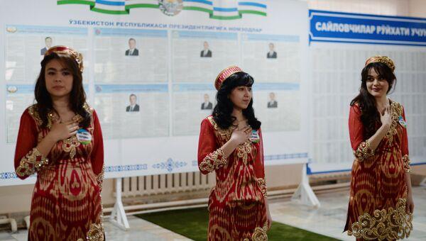 На избирательном участке в Ташкенте во время выборов президента Узбекистана