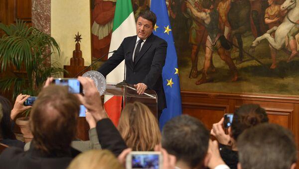 Премьер-министр Италии Маттео Ренци во вермя специально созванной пресс-конференции по итогам референдума в Италии. 5 декабря 2016