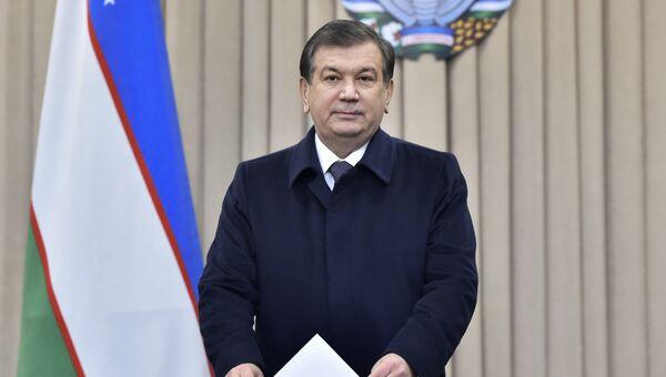 Шавкат Мерзиеев голосует на выборах президента Узбекистана