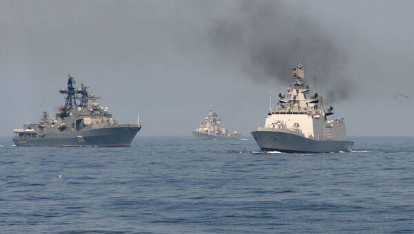 Совместное маневрирование индийских и российских военных кораблей во время военно-морских учений ИНДРА. Архивное фото