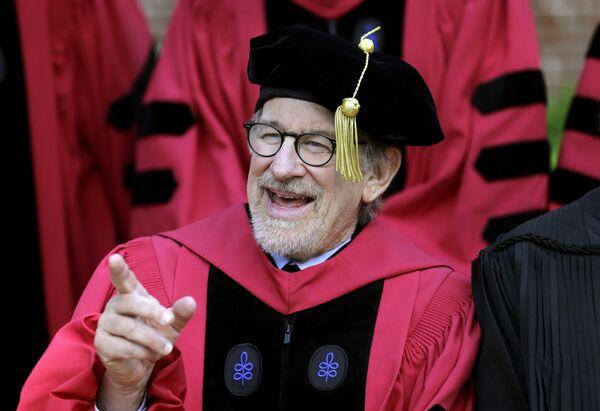 Стивен Спилберг на выпускном Гарвардского университета, май 2016