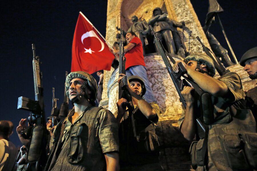 Турецкие солдаты охраняют площадь Таксим во время протестов в Стамбуле. 16 июля 2016 года