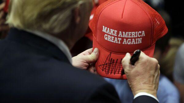Дональд Трамп дает автограф