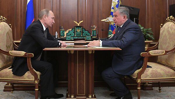 Президент РФ Владимир Путин и главный исполнительный директор ПАО НК Роснефть Игорь Сечин