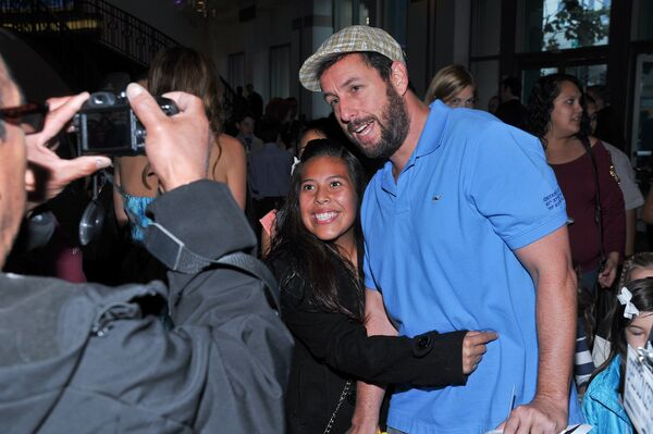 Американский комик Адам Сэндлер фотографируется с поклонницей в Лос-Анджелесе. 2014 год