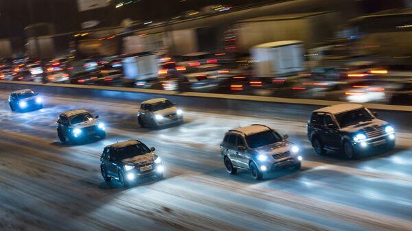 Автомобильное движение на МКАД во время снегопада