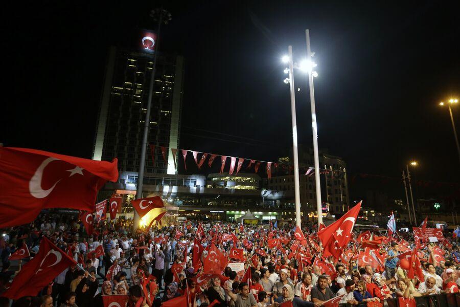 Демонстрации на площади Таксим в Стамбуле. Июль 2016 года