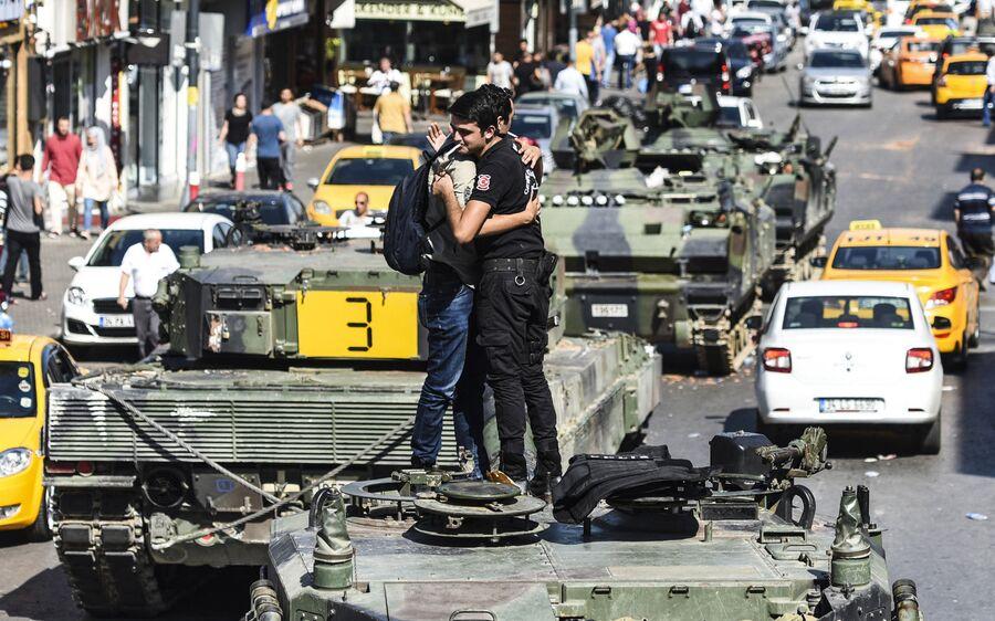 Танки на улице Стамбула. 16 июля 2016 года