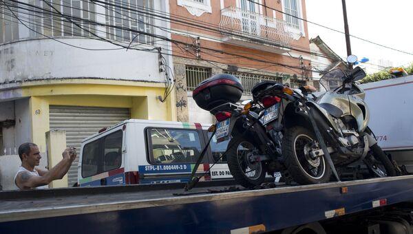 Полиция эвакуирует мотоциклы итальянских туристов в одном из районов Рио-де-Жанейро, Бразилия. 8 декабря 2016