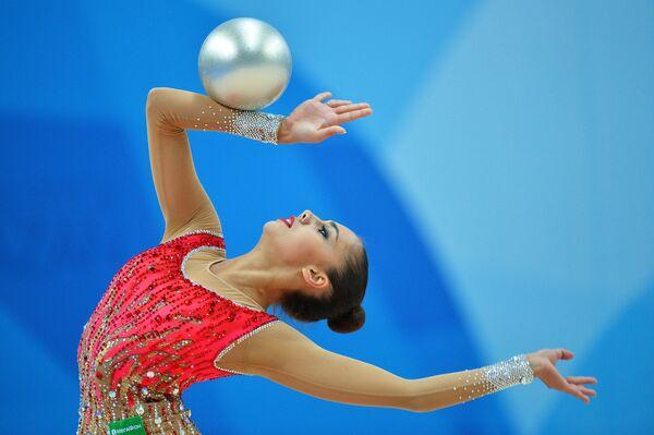 Маргарита Мамун (Россия) выполняет упражнения с мячом в соревнованиях Кубка мира по художественной гимнастике в Казани