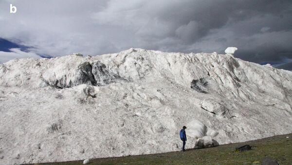 Ученые стоят у подножия ледника, убившего девятерых жителей Тибета