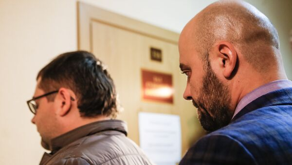 Предприниматели Константин Марченко (слева) и Сергей Зиновенко, обвиняемые в посредничестве в получении взятки сотрудником управления собственной безопасности МВД России Юрием Тимченко, в Смольницком суде Санкт-Петербурга. Архивное фотом суде Санкт-Петербурга