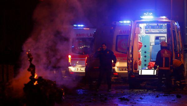 Полиция и скорая помощь на месте взрыва в Стамбуле 10 декабря 2016