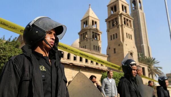 Полиция у коптского храма в Каире, в котором произошел взрыв, 11 декабря 2016