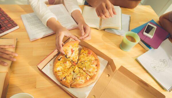 Студенты едят пиццу