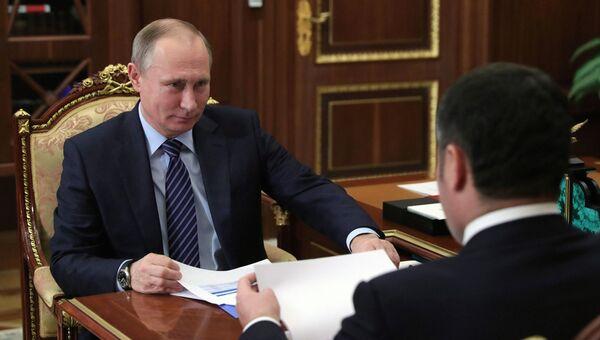Президент России Владимир Путин и губернатор Тверской области Игорь Руденя во время встречи в Кремле. 12 декабря 2016